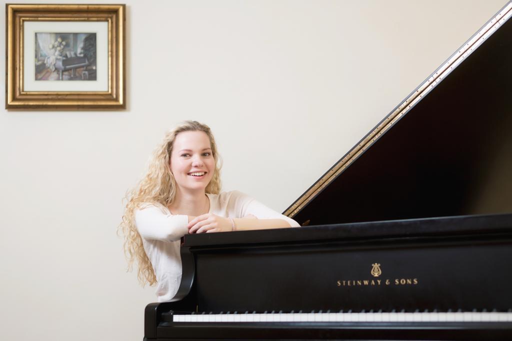 Julia Burmeister am Klavier