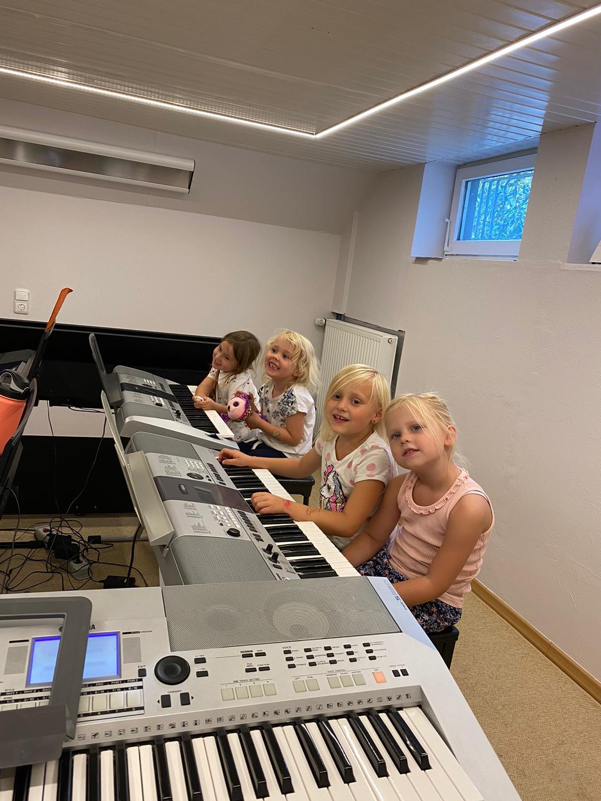 Vier Kinder vor dem Keyboard